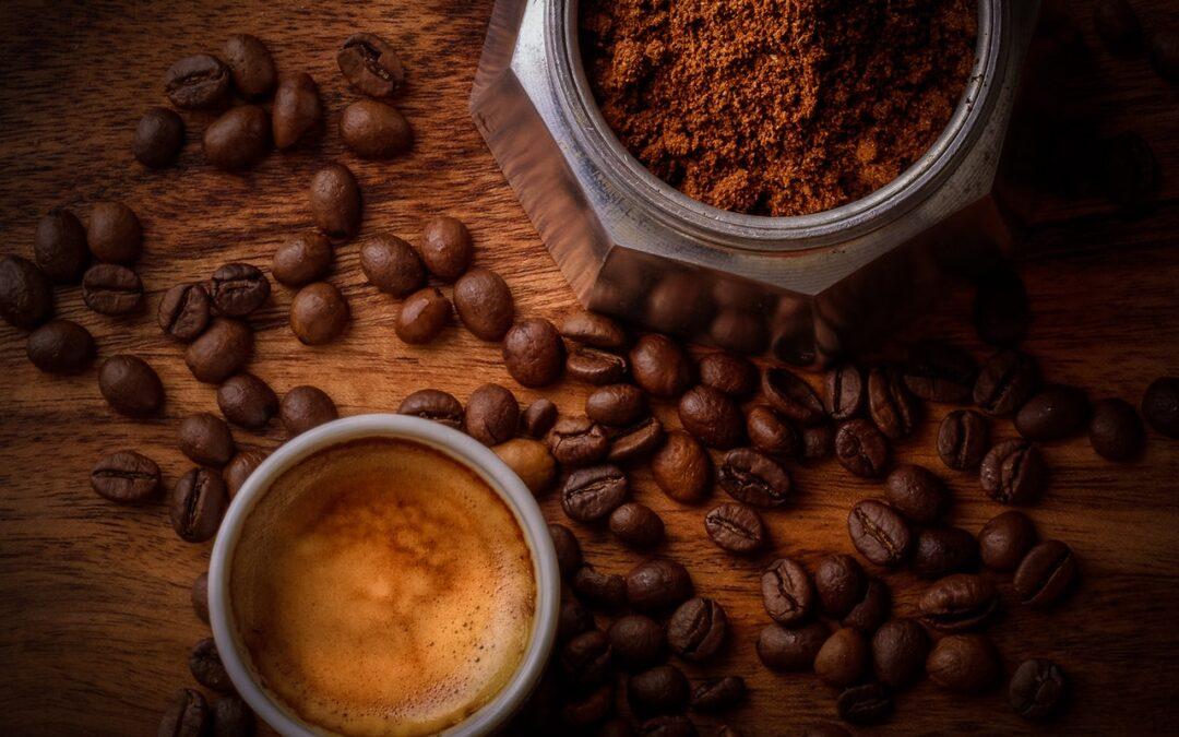 Nyd en kop kaffe mens du arbejder på din egen hjemmeside