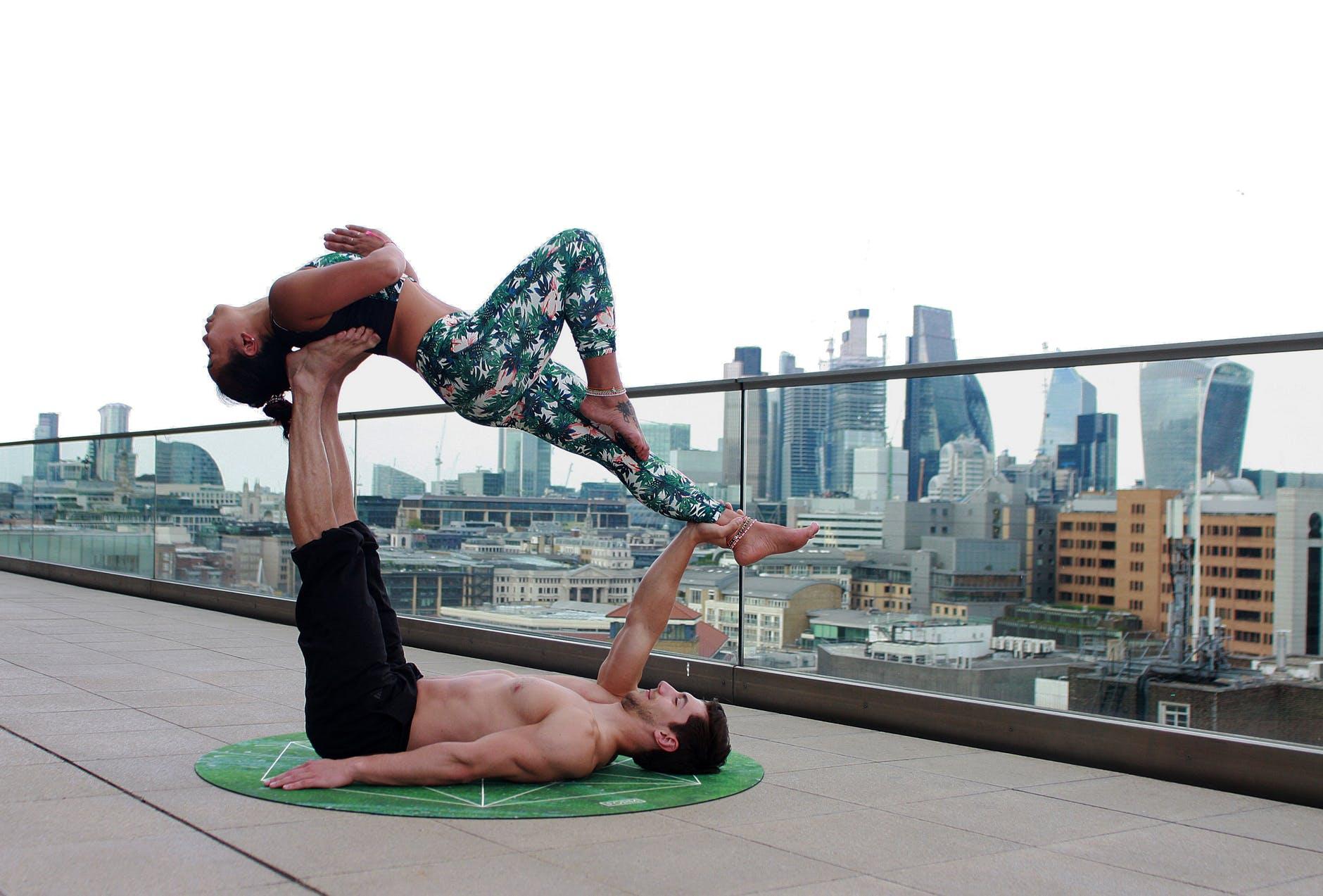 Dyrk yoga som par