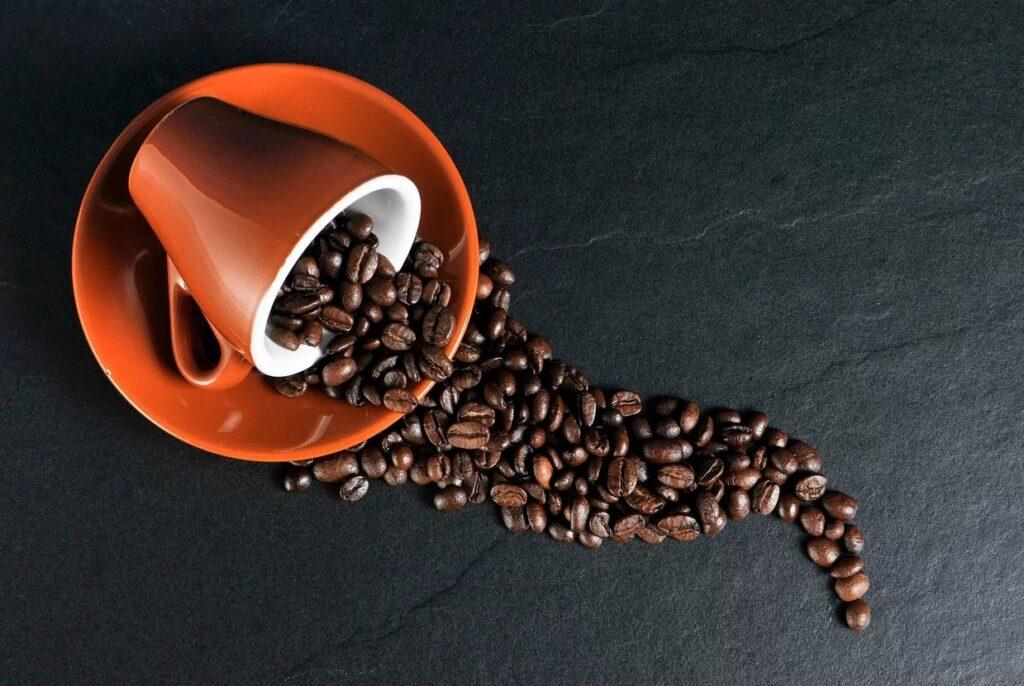 kaffebønner og kop