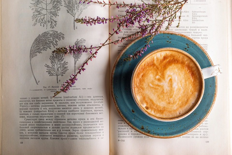 Kaffe på bog med blomst