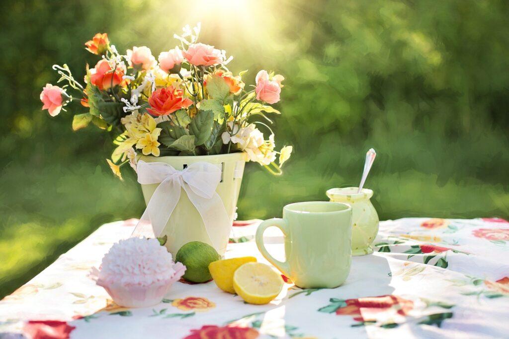 et bord med kaffe ude i en have
