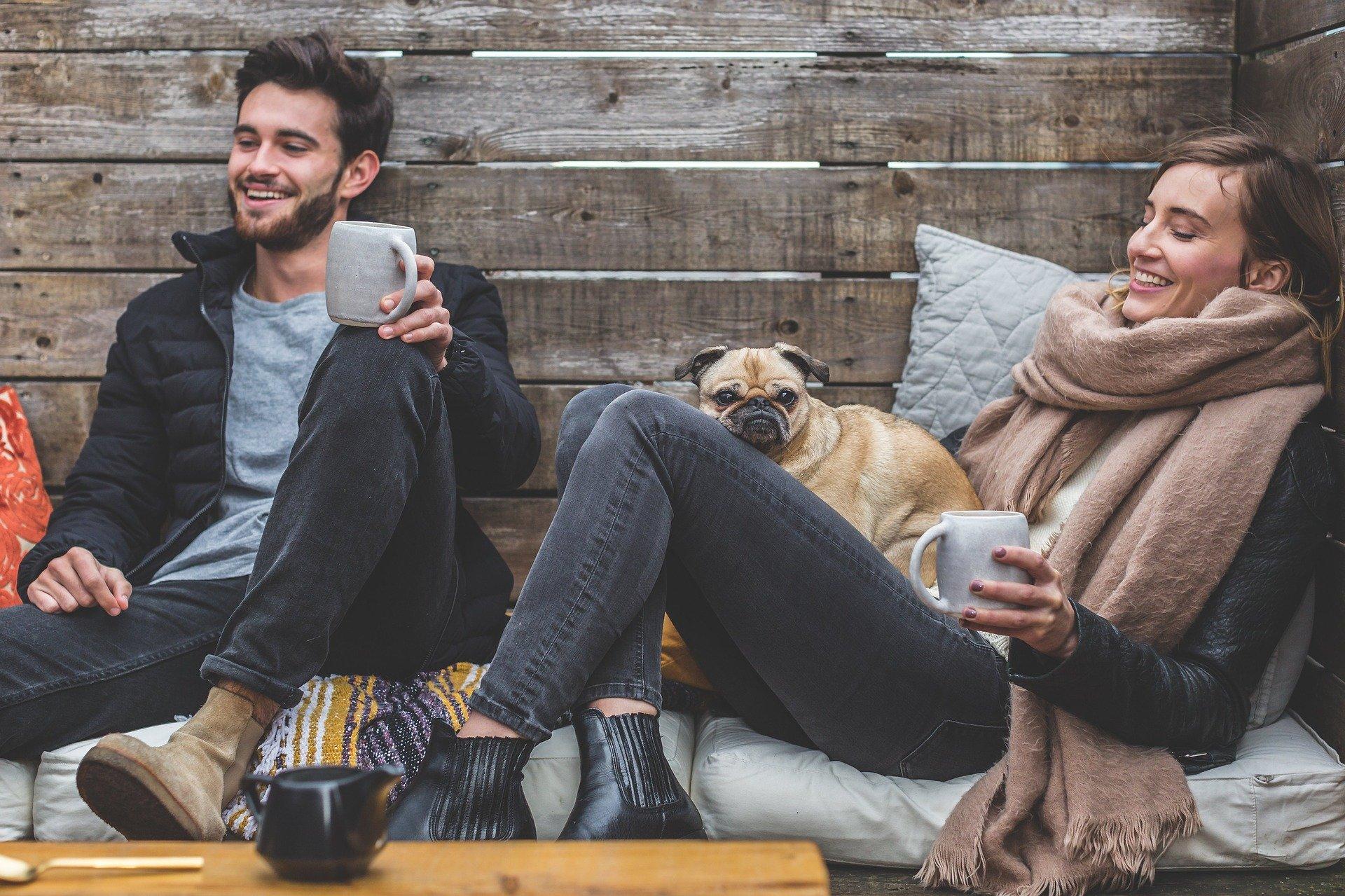 par med kaffe og hund
