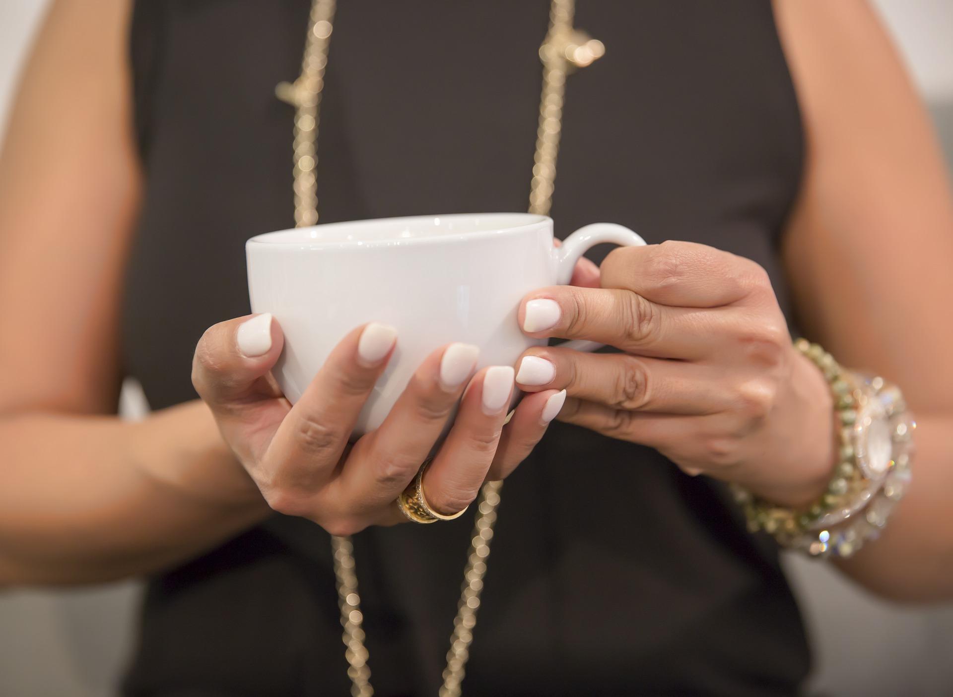 kvinde med kaffekop