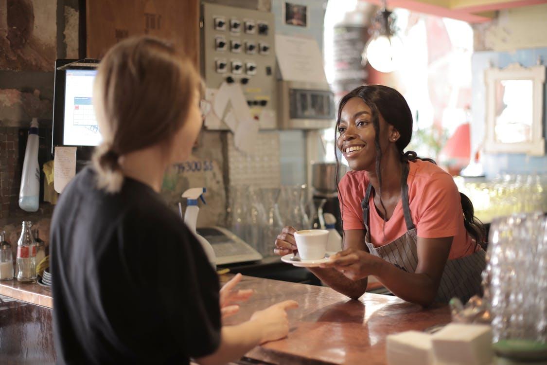 Hyg med kaffe på en kaffebar
