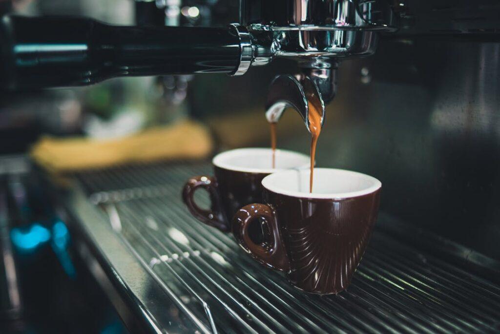 kaffemaskine og kopper