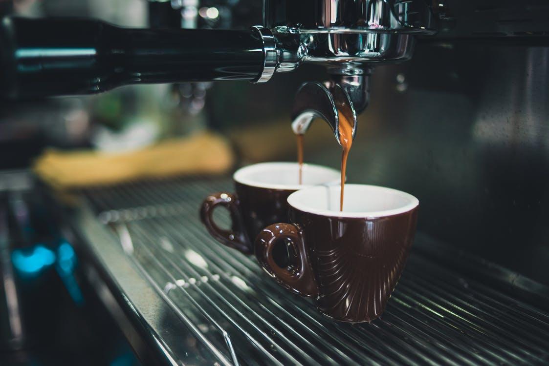 Kaffemaskine og to kopper kaffe